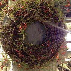 krans van Hoffz Autumn Wreaths, Holiday Wreaths, Christmas Decorations, Wire Wreath, Grapevine Wreath, Willow Weaving, Wreaths And Garlands, Front Door Decor, Grape Vines
