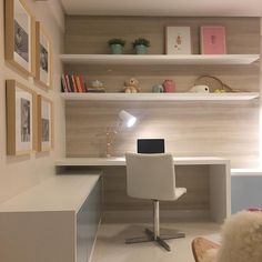 Considerados como espaços de liberdade, recolhimento e descanso, conheça inspirações de decoração para quartos de adolescente. Home Room Design, Home Office Design, Home Office Decor, Home Decor, Small Room Bedroom, Home Bedroom, Bedroom Decor, Study Table Designs, Study Room Decor