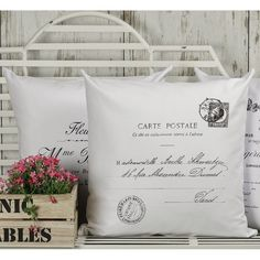 Biała ozdobna poduszeczka Carte Postale  z ciekawym wzorem przypominającym kartkę pocztową.