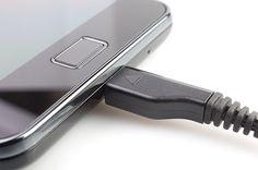 Brzo živimo i tehnologija ubrzano napreduje pa je logično kako će doći vrijeme kada ćemo i brže puniti svoje pametne telefone. A upravo se to i događa ovih dana jer je Qualcomm odlučio kako će početi prodavati Quick Charge 2.0 standard do kraja ove godine. Quick Charge 2.0 standard omogućit će čak i do 75 posto jače i brže punjenje nego što je to bilo do danas.