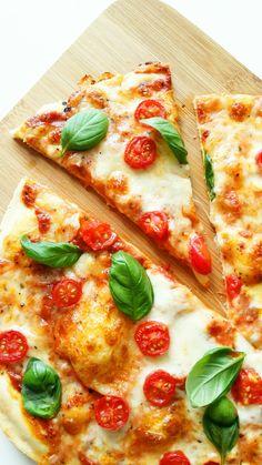 pizza margheritta z pomidorami Pizza Recipes, Salad Recipes, Vegetarian Recipes, Sunday Dinner Recipes, B Food, Veggie Pizza, Ramadan Recipes, Street Food, Food And Drink