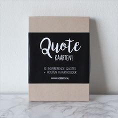 Een stevig doosje met daarin 12 kaarten met een inspirerende positieve quote erop & een houten kaarthouder. •Formaat: 120 x 115mm • Keuze uit: 6 gekleurde + 6 zwart/wit of 12 zwart/wit kaartjes Zie alle foto's voor de quotes die in de set zitten!