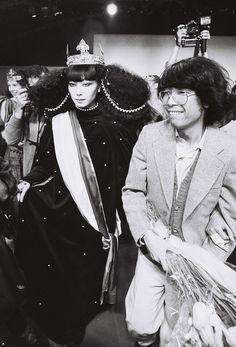 Estilista: KENZO, 1978. Modelo Sayoko Yamaguchi.   Nos anos 70, a valorização da moda e a criação de peças de vestuário inovadoras, foi uma tendência que proliferou muito rapidamente em todo o mundo.  Esta foi uma época marcada pelo crescimento do movimento hippie.