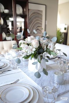 Flowers diy arrangement grocery store 38 new ideas Dining Table Decor Everyday, Modern Dining Table, Dining Room Table Centerpieces, Table Decorations, Centerpiece Ideas, Traditional Dining Room Furniture, Silver Christmas Decorations, Christmas Centerpieces, Table Runners