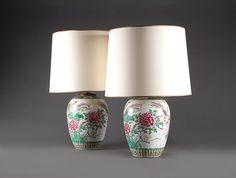 Lampes chinoises en porcelaine: Paire de lampes en porcelaine émaillée à décor floral, famille porcelaine rose, XIXe siècle - Chine. abat jours modernes.