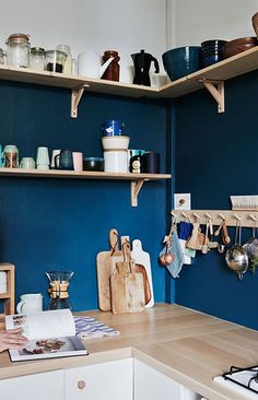 few pages from kinfolk. blue kitchen featured in The Kinfolk Home: Interiors for Slow Living. / sfgirlbybayblue kitchen featured in The Kinfolk Home: Interiors for Slow Living. Kitchen Shelf Design, Blue Kitchen Designs, Kitchen Colors, Blue Walls Kitchen, Kitchen White, Ikea Wall Shelves, Kitchen Wall Shelves, Wood Shelves, Blue Shelves