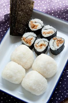 Japanese rice balls - onigiri - I want some now ! Cute Food, I Love Food, Good Food, Yummy Food, Snack Recipes, Cooking Recipes, Healthy Recipes, Snacks, Sashimi