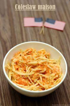 Une salade de saison avec ce coleslaw maison, à base de chou blanc et carotte râpé enrobés d'une sauce crémeuse au yaourt et mayonnaise, vraiment très simple. Les légumes sont crus ce qui permet de bénéficier de toutes leurs bonnes vitamines... Pour converser...