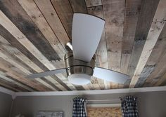 Nice tutorial for putting in a pallet wood ceiling. If you like the rustic look of pallet wood and would like it as a ceiling this will show you how its Pallet Crafts, Diy Pallet Projects, Wood Projects, Pallet Ideas, Pallet Designs, 1001 Palettes, Pallet Furniture Plans, Furniture Ideas, Furniture Dolly