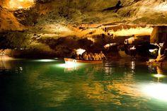 Les Coves de Sant Josep, en la Vall d´Uixó (Castellón), albergan en su interior el llamado Río Subterráneo de las Grutas de San José, una cueva natural visitable de impresionante belleza que ostenta el honor de ser el río subterráneo navegable más largo de Europa.