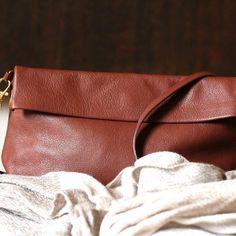 En cuir Italien, Découvrez la pochette marron Ripauste. Pochette Bandoulière 1bc91d0b22d
