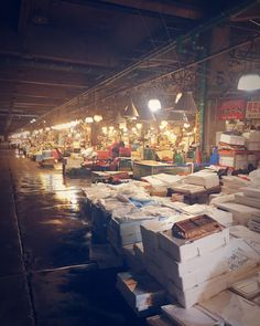 Nolyangjin... Koreas largest fish market. This is the original market. It is slowly being replaced by a new multi-level complex directly to the west. . . . . #Seoul #fishmarket #korea #travel #seafood #ig_seoul #ig_korea #food #market #life #history #old