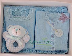 ajuar de lana, twinset, saquito lana, chaleco lana, regalos, ajuar bebe, varon,celeste