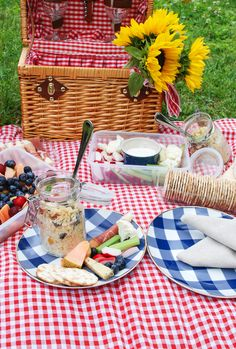 5 secrets to throw the perfect summer picnic for two and a recipe for my Italian orzo salad Picnic Date, Beach Picnic, Summer Picnic, Picnic Foods, Picnic Recipes, Picnic Ideas, Comida Picnic, Picnic Photography, Picnic Decorations