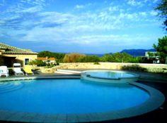 Il Fiordaliso  Dalla collinetta di Punta Ruinas, dove è ubicato il residenceIl Fiordalisosi ammira un panorama di azzurro intenso. Lo sguardo spazia da Golfo Aranci all'Isola di Tavolara fino al Gol...