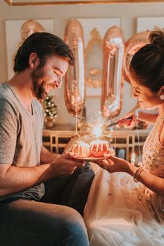 Super birthday cake with candles sparklers new years ideas Cute Birthday Pictures, Birthday Photos, Birthday Ideas, Sparkler Pictures, New Year Photoshoot, Photoshoot Ideas, New Year Pictures, Couple Pictures, Birthday Dress Women