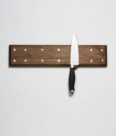 Le couteau devient une oeuvre - by Knife Holder Diy Projects To Try, Home Projects, Magnetic Knife Holder, Magnetic Knife Strip, Wood Knife, Diy Knife, Got Wood, Wood Furniture, Furniture Plans