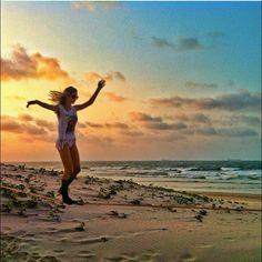 Quando o dia termina energizado!  @luanneholanda na Praia de São Marcos, uma das mais lindas do Maranhão!  #slackclick #slackline #slackgirlsbr #sunsetbrasil #natureza #slackgirls #maranhao #slacklining