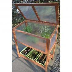 Verhoogde koude bak of kweekbak op poten om planten te kweken zonder te bukken