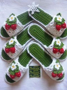 25 knitted women& slippers do it yourself, Knitting slippers for ladies Strawberries This Pin was discovered by Gül - Salvabrani Find the perfect Photo Pin stock photos Free Knitting, Baby Knitting, Knitting Patterns, Crochet Patterns, Crochet Gifts, Crochet Baby, Knit Crochet, Artisanats Denim, Gestrickte Booties