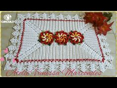 Tapete em Relevo de Crochê . Por Vanessa Marcondes . - YouTube Couture, Floor Rugs, Table Runners, Blanket, Holiday Decor, Bathroom Mat, Pink Rug, Diy And Crafts, Pin Cushions