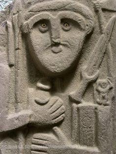 Les stèles Hakkari, âge du bronze. 13 stèles de pierres, réalisées entre -1450 et -1100 avant J.C.,d'un type jamais vu en Anatolie ou du Proche-Orient, ont été trouvées dans leur emplacement d'origine à Hakkari, Turquie en 1998. Sculptées sur dalles verticales avec une surface de coupe, sur laquelle des figures humaines ont été ciselées sans jambes. 11 sont des guerriers nus avec des poignards, des lances, des haches et un récipient à boire en peau entre les mains. 2 stèles sont des femmes.