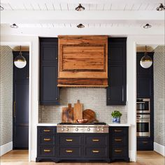 Home Interior Layout Black cabinets modern farmhouse kitchen New Kitchen, Kitchen Interior, Kitchen Dining, Kitchen Art, Kitchen Ideas, Kitchen Rustic, Kitchen Black, Reclaimed Kitchen, Kitchen Decor