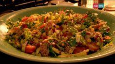 Cucina con Ramsay # 97: Insalata sminuzzata con ceci e salame Un insalata robusta che è praticamente un piatto unico. Questo piatto è perfetto per far risaltare la dolcezza del formaggio e dei pomodori. Aggiungete la vinaigrette solo al momento di servire, per non far cuocere la lattuga. INGREDIENTI 2 scalogni pelati e affettati molto finemente 250 gr....