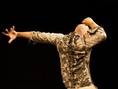 """A Cia Fragmento de Dança, dirigida pela bailarina e coreógrafa Vanessa Macedo, apresenta a remontagem de """"Sem Título"""" - resultado de uma pesquisa feita entre a companhia e os três artistas convidados para a performance."""