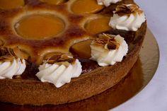 Perzik amandel punt. Krokante rand met daarin spijs,boter en perzik afgewerkt met amandelen en slagroom.