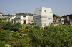 This is the Star Wars inspired home built by architecture firm Moon Hoon in South Korea. The 131 sq m (1,410 sq ft) house was built for around 200 million KRW (~$192,000) and is supposed to look like...I dunno,...