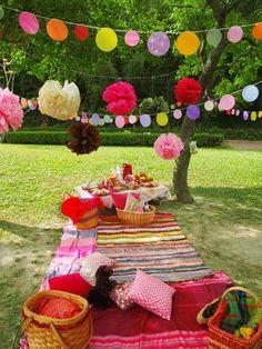 Piquenique como tema de festa está em alta e o melhor é usar a criatividade com coisas de fácil acesso. Vale investir em toalhas coloridas,almofadas,pom pom,bexigas,luzes,etc... Quanto mais criativo melhor.