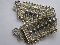 Design:  Caron Reid  Materials:  Miyuki seed beads, swarovski crystals and pearls    www.caronmichelle.com