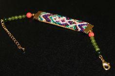 Bracelet Calispera, tressage brésilien multicolore, jade teinté allant du vert foncé au vert clair, petites perles corail, métal doré, chainette réglable