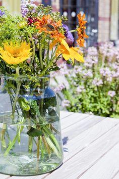 Klare Glasvasen in wunderschönen weichen Formen schmeicheln dem Auge und bieten Blumen, den Platz den sie zum Wirken brauchen.  Und als super Extra sind die Glasvasen aus Eco-Glas, also aus recyceltem Gläsern und Flaschen hergestellt.  Schönheit trifft Umweltbewusstsein. Glass Vase, Home Decor, Clear Glass Vases, Recycled Glass, Glass Bottles, Recyle, Eye, Florals, Nice Asses