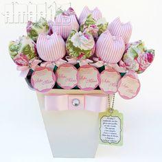 A tulipa é uma das flores mais queridas em todo o mundo. Ela expressa o amor perfeito, o luxo e o requinte. Além disso, dá charme e elegância a qualquer ambiente.  Vaso em MDF pintado contendo 30 Lápis com Ponteira de Tulipa em Tecido e Lacinho de Fita em Cetim com Strass Chaton!  Acompanha Tag Personalizado!  - Opções de Cores na Estampa de Listras: Rosa/Branco ou Bege/Branco - Opções de Cores para o Vaso: Branco ou Rosa Claro  Feito Também Outras Cores e Estampas! Consulte-nos!  Todos os…