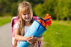 Der Schulanfang ist für jedes Kind ein aufregendes Ereignis, das mit der Familie gefeiert wird. Die passende Einladung zum Schulanfang finden Sie hier.