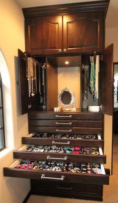 Closet com espaço para bijuterias e maquiagens.