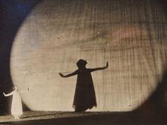 Loïe Fuller,  aunque se la considera precursora de la danza moderna americana sus aportaciones tienen mas que ver con la escenografía que con la danza ya que utilizó la luz y el color creando experiencias visuales una vez que ésta se proyectaba sobre su cuerpo en movimiento.A través de la danza serpentina en la que la artista ocultaba su cuerpo en una gran túnica, el juego de proyecciones de luz entraba en escena y así genera un volumen colorista ante la ausencia de fondos