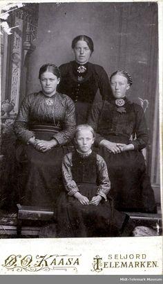 Atelierfoto av fire ukjente kvinner - Midt-Telemark Museum / DigitaltMuseum | Beltestakk Folk Costume, Costumes, Parol, Everyday Dresses, Norway, Museum, History, Movie Posters, Painting