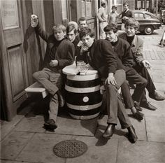A photo when the Rolling Stones were starting out in the year Mick Jagger and the gang are having fun with their beers outside the pub. The Rolling Stones, Ali Michael, Michael Jackson, Mick Jagger, Rare Historical Photos, Rare Photos, Vintage Photos, Chuck Norris, Ringo Starr