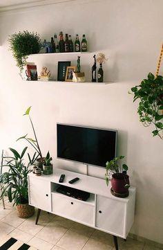 Plantas interferem diretamente na decoração do ambiente Living Room On A Budget, Living Room Tv, Small Living Rooms, Tv Wall Shelves, Shelves In Bedroom, Living Room Plants, Room With Plants, Tv Stand Decor, Minimalist Home