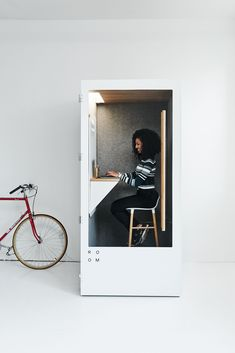 Soundproof phone booth that assembles in just 30 minutes. Budget-friendly solution for creating more space in the open plan office. Office Pods, Open Space Office, Desk Inspiration, Budget, Co Working, Coworking Space, Personal Space, Sound Proofing, Freundlich