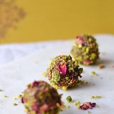 Energy balls made with rose and pistachio flavours creating an indulgent protein packed healthy snack! Dinner Recipes For Kids, Healthy Dinner Recipes, Kids Meals, Healthy Snacks, Healthy Protein, Protein Pack, Sans Gluten, Gluten Free, Gourmet Recipes
