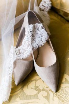 If you don't like to wear heels or just want to feel comfortable on your big day then flat wedding shoes are for you! Choose and feel comfortable! Mod Wedding, Wedding Night, Wedding Ideas, Comfortable Bridal Shoes, Wedge Wedding Shoes, Bride Shoes, Beautiful Shoes, Marie, Wedding Dresses