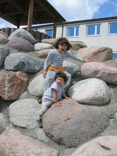 Climbing possibiiries for all ages! The kindergartens around the school are often visiting the schoolground, letting the small kids climbing up on the stones.