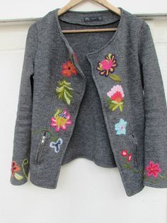 blazer de mujer con aplicaciones bordadas - Buscar con Google Mexican Embroidery, Wool Embroidery, Embroidery Patterns, Crotchet Patterns, Embroidered Clothes, Cardigan Fashion, Refashion, Dressmaking, Knitwear