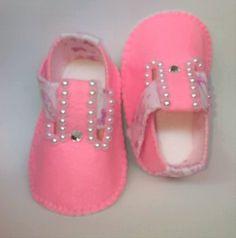Sapatinho em feltro cor rosa bebê e detalhes estampa sapatilhas. Detalhes em meia pérolas e pedra. Disponível nos tamanhos P, M e G, calçando de 0 a 12 meses. Modelo com fecho lateral em velcro Sola também em feltro, indicado para bebês que ainda não andam. Tamanho P: 10 cm (recém-nascido ... Baby Doll Shoes, Baby Dolls, Amber, Diy, Fashion, Felt Shoes, Baby Shoes, Make Shoes, Pink Color