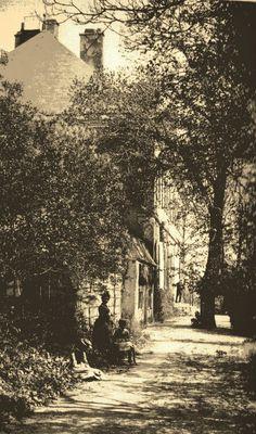 George Sand fait réaliser des photos de tout son monde... Ici la terrasse sud de la maison de Nohant, au premier plan Lina et ses filles Aurore et Gabrielle Sand, sur la marche au loin Maurice Sand. Photo de Verdot, 1875.