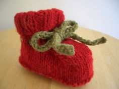 Seamless baby booties. Free pattern  http://pickinandthrowin.blogspot.com/2008/08/baby-booties-without-seams-top-down.html